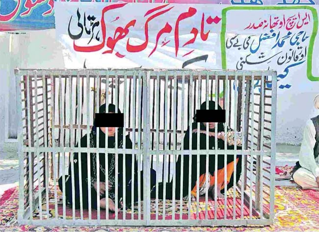 The rape victim and her mother locked themselves up in a cage in the Pakistan city of Layyah to protest the release of the girl's rapists.
