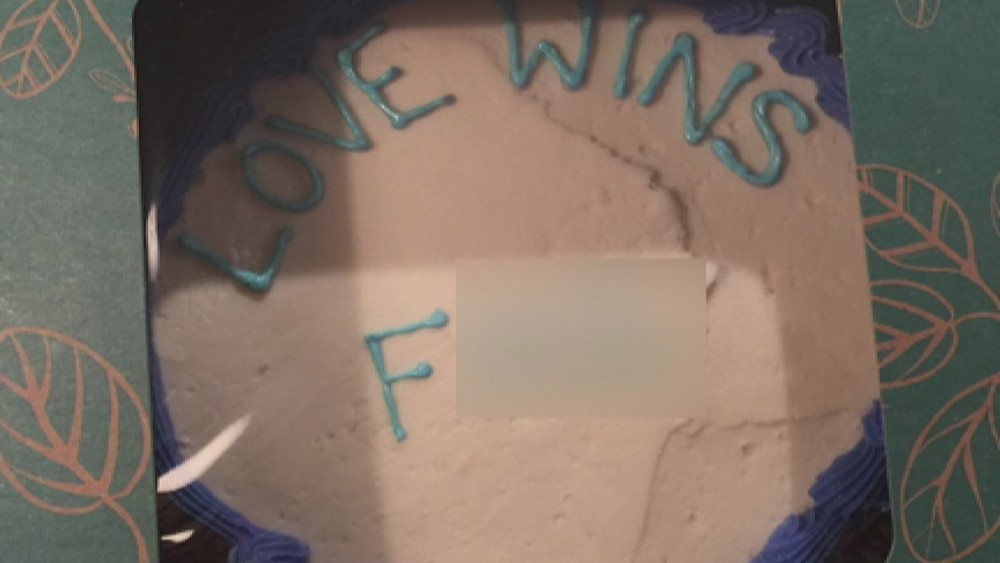 The offending cake, with the offending word blurred out.