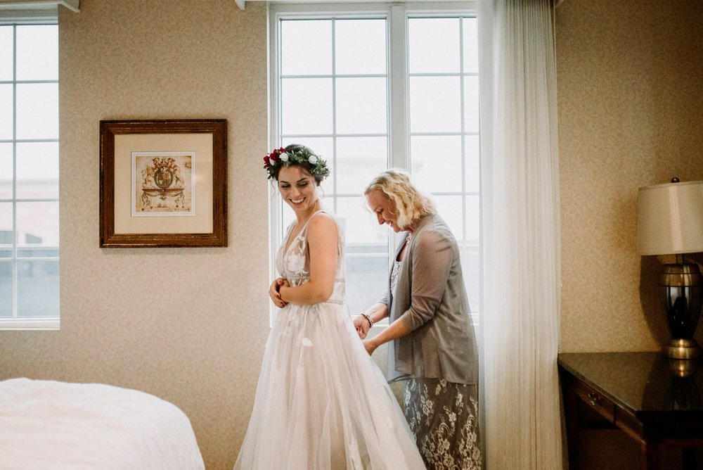 getting ready wedding pictures