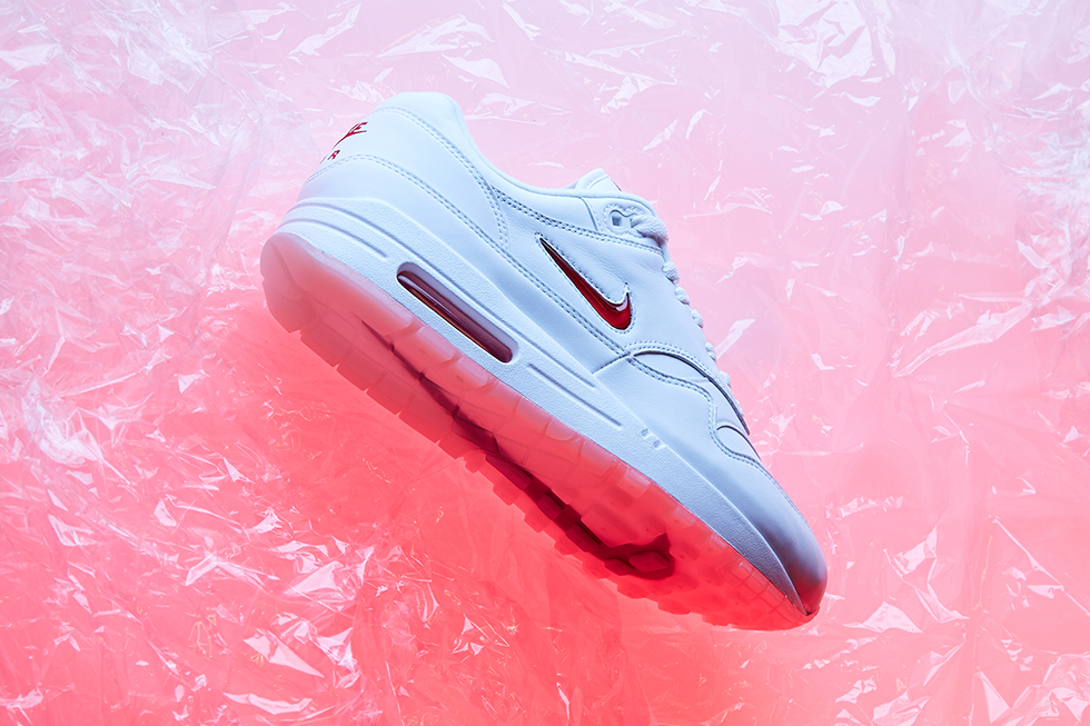 the best attitude 13715 88020 ... Max Air unit adds to the vast possibilities of the timeless sneaker,  whilst the huge swoosh branding to the outsole gives a nod to the AM1 s  roots.