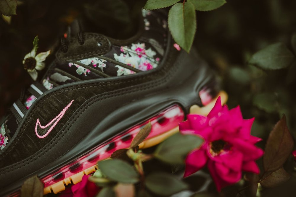 Nike-wmnsAirMax98-sequoiaMetallicBlk_2_1024x1024.jpg