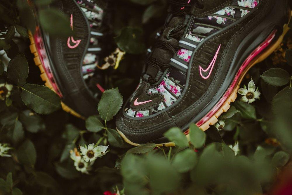 Nike-wmnsAirMax98-sequoiaMetallicBlk_4_1024x1024.jpg