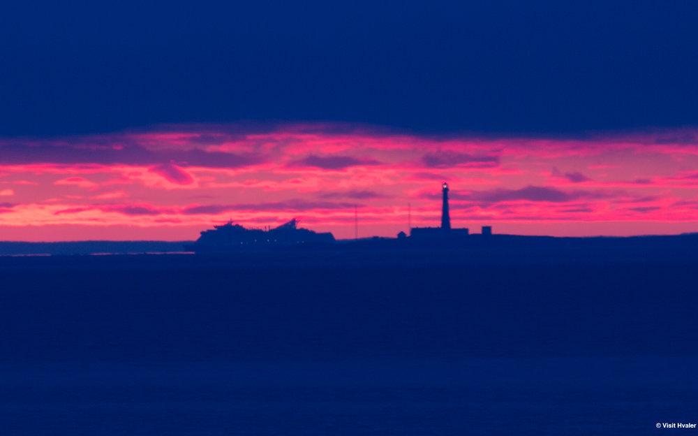 Color Lines Kielferge passerer Færder fyr ved daggry.