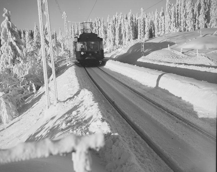 Holmenkollbanen i sitt rette miljø i banens øverste del. Foto: Ukjent fotograf / Nasjonalbibliotekets bildesamling