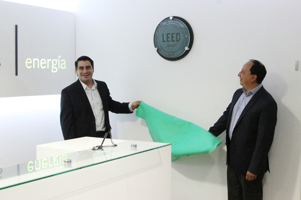 Director Financiero y Director General de Multi Inversiones DEN develando la Placa LEED GOLD.