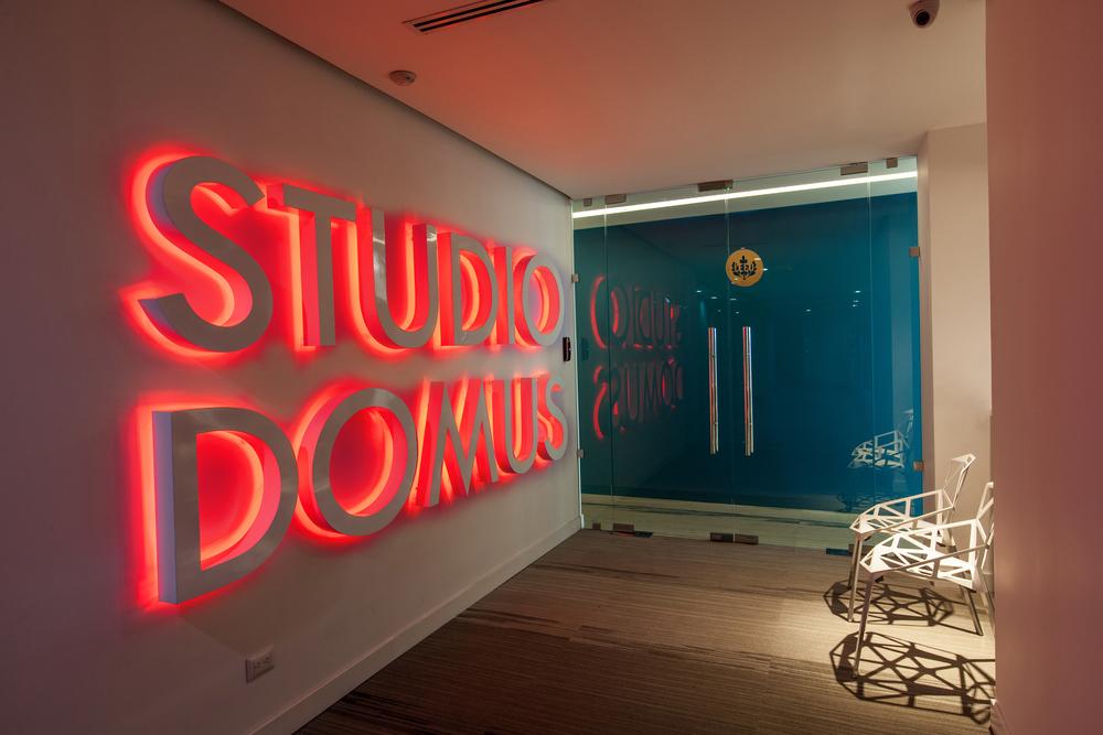 Las oficinas de Studio Domus están certificadas LEED GOLD. Esto lo obtuvimos gracias a ahorros medidos en energía, agua y otros recursos, además de un programa de incentivos que incluye beneficios a quienes utilizan menos el carro para llegar a las oficinas.