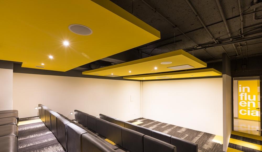El teatro que se implementó en las oficinas de el Taier/ Tribu DDB es un espacio que genera conectividad.