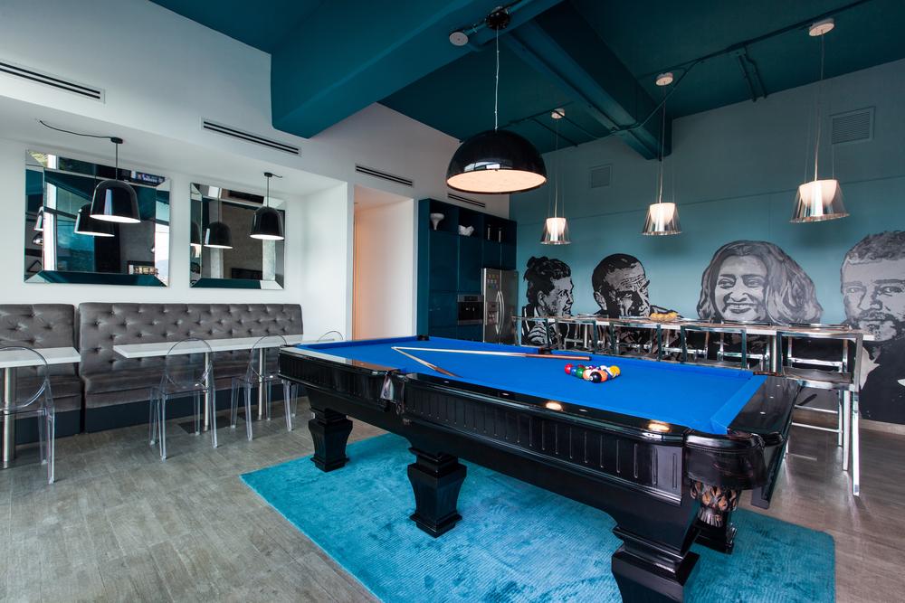 La sala de cafetería y socialización de Studio Domus está diseñada para generar comunidad y compañerismo, además que ofrece a los colaboradores un momento de break, en el trabajo.