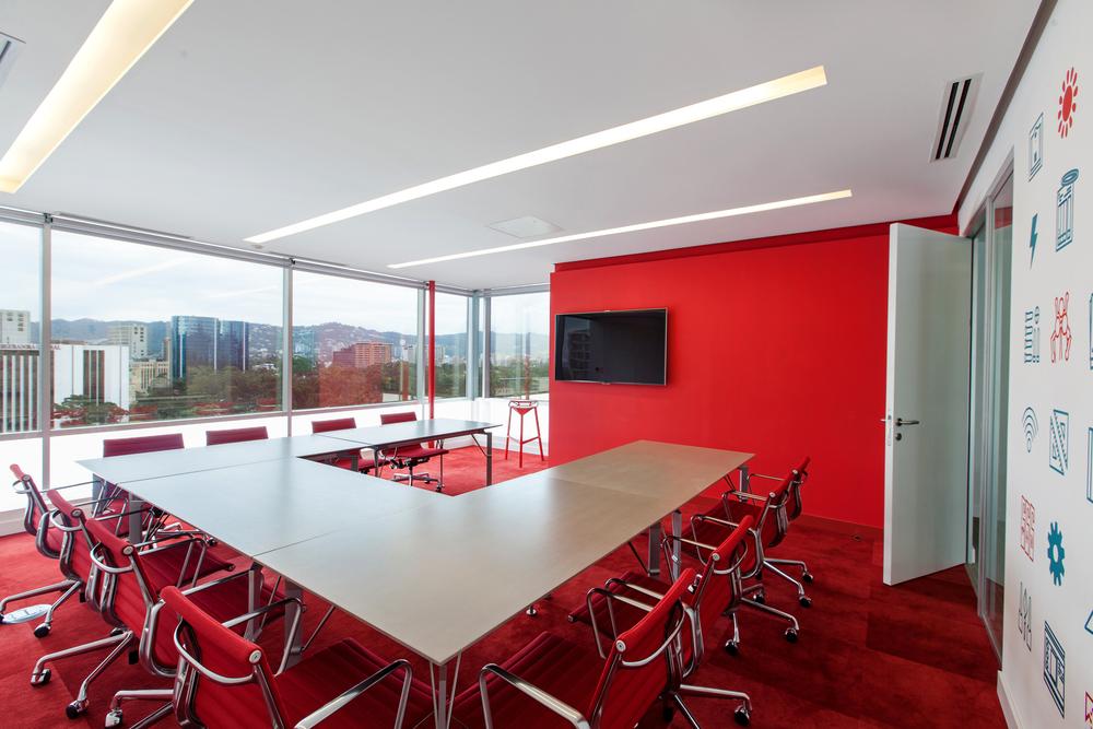 Estas salas de reunión generan diálogo e intercambio de ideas, además de apoyo inter equipos.