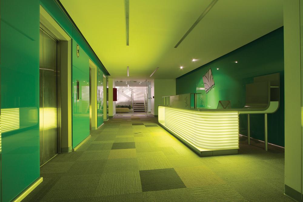 La identidad corporativa en Duwest, representantes de la marca Dupont, se refleja a lo largo de todo el diseño corporativo.