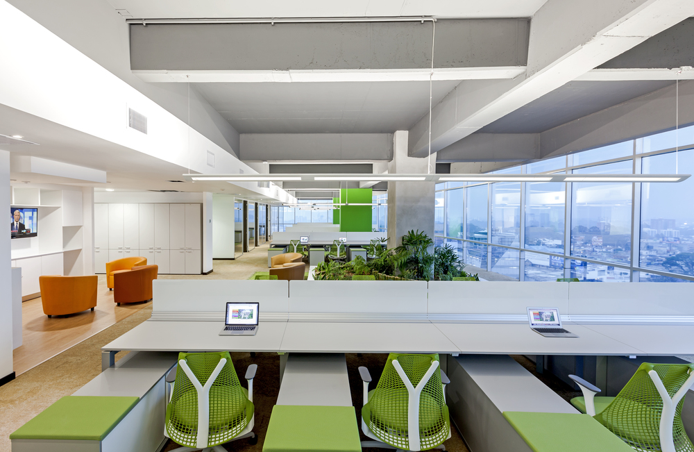 Espacio abierto en Multiinversiones DEN, con opción a salas lounge y salas pequeñas de concentración.
