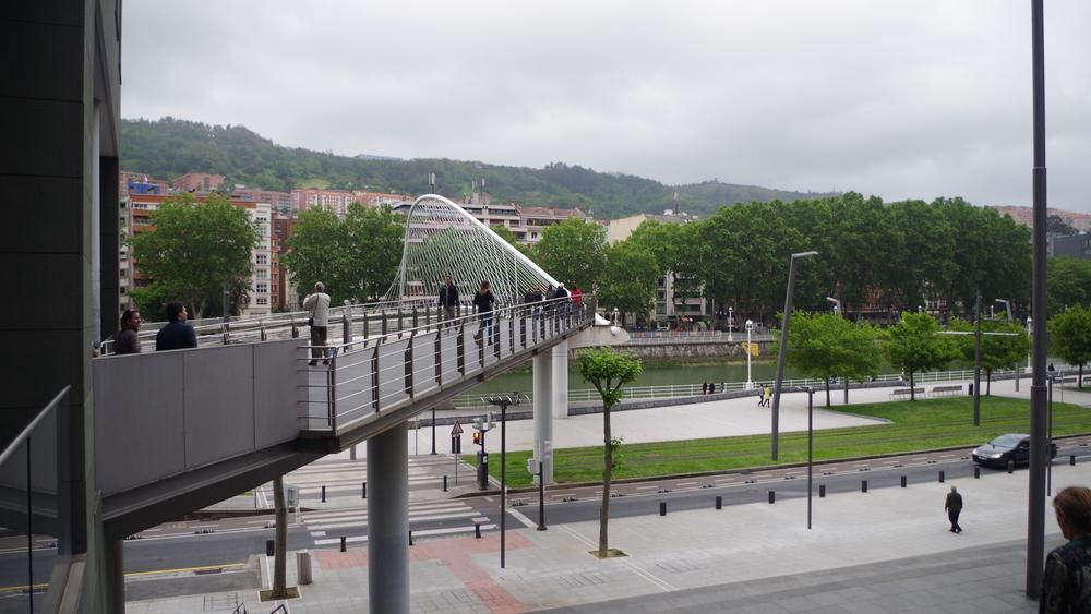 Observamos en Bilbao como la arquitectura contemporánea se contrapone con el fin de apoyar al peatón.
