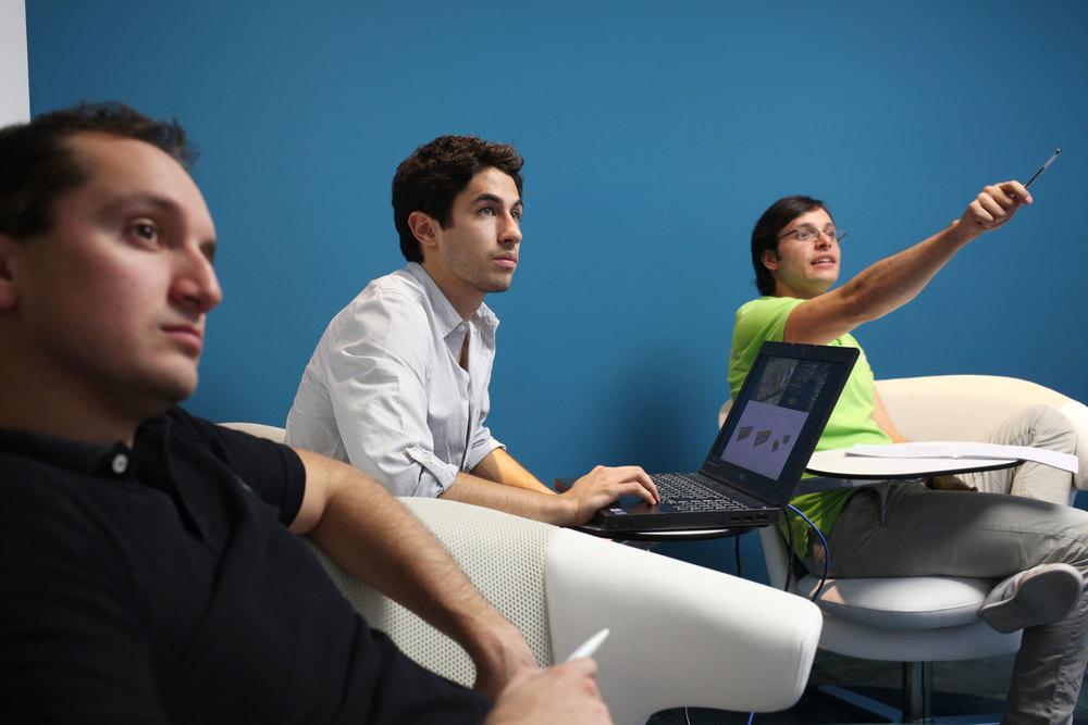 Las salas de reuniones donde se elimina la mesa patriarcal, dan lugar a discusiones más abiertas y productivas, las personas se expresan mejor y hay mayor tasa de participación.