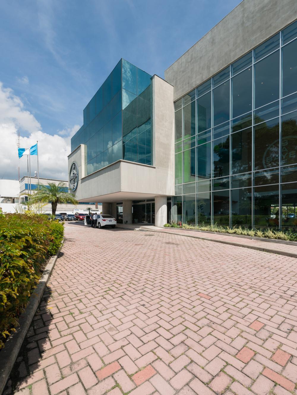 La fachada frontal de Bayer se rediseñó para dar lugar a mejores espacios a nivel interno. Pronto fotografías y comunicado.