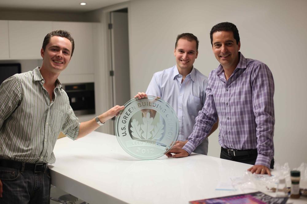 Ingeniero Jose Pablo Labbé, Arq. Mauricio Barillas Directores de Studio Domus sosteniendo la primera placa LEED que entregamos.