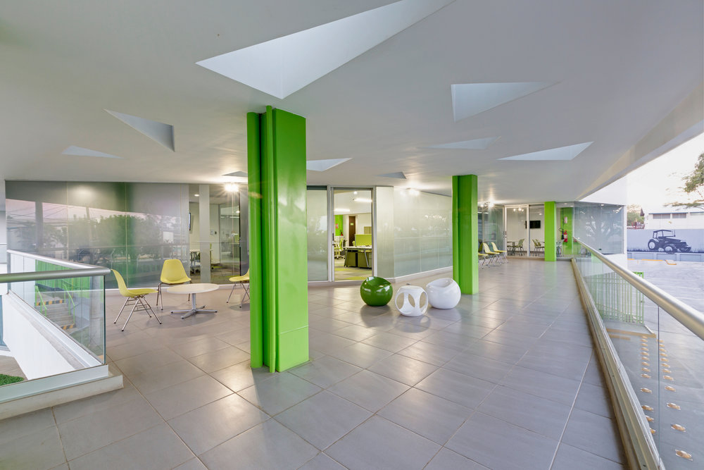 Los espacios que combinan iluminación natural, donde existe una transición entre el interior y el exterior, funcionan como soluciones para la carga de consumo energético.