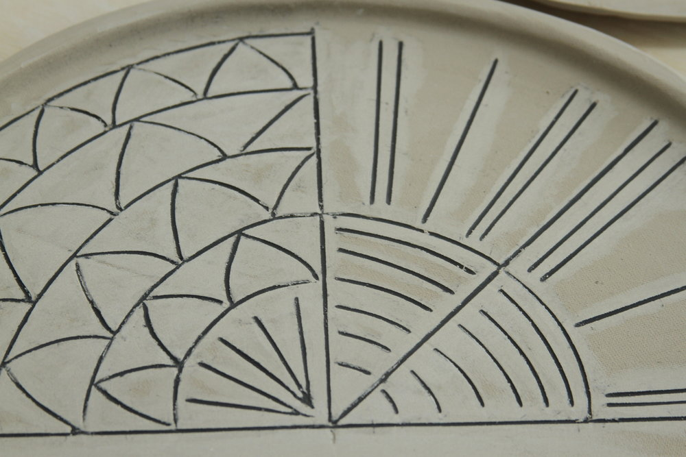 Proceso de dibujo en platos planos de 25 y 30cm