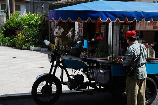 台灣特有的「吧噗車」現在已經很少見,造型簡樸,多由機車或腳踏車所改裝成。