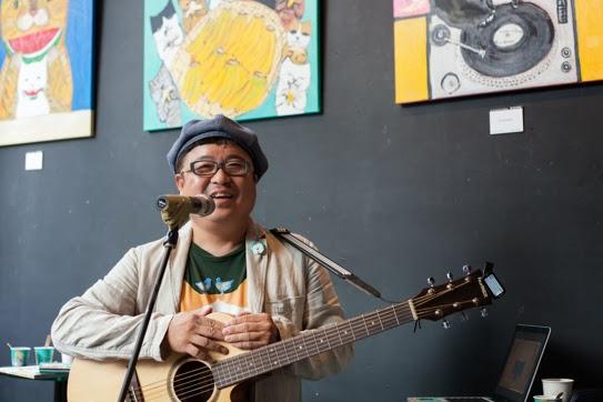 畫家Pepe Shimada,來自日本福岡,人人口中的「Pepe桑」,集畫家、音樂家、哲學家、詩人於一身,近年以背包客身份旅行於台灣及世界各地。今年春天發行首張音樂創作專輯《貓樂》,並在七月份出版了《Pepe桑的貓咪人生》圖文創作書。