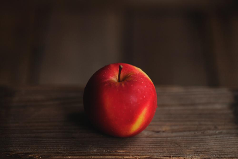 蘋果樹是世界上植栽範圍相當廣泛的果樹,它清爽酸甜的香氣源於「酯類」這種化學物質,表皮淡淡的紅色則是水溶性花青素的作用。