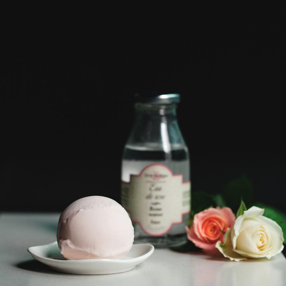 【法國白桃玫瑰】 雪酪中,糖的存在並不只是為了一抹甜味,也是關乎質地細密與否的重點。糖量太少則雪酪的冰晶不夠細緻,太多則口感濕黏,所以每一份雪酪都是悉心調配比例後的成品。