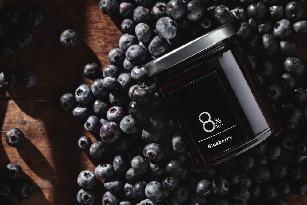 【藍莓果醬】  為了把藍莓的風味延長至別的季節,熬煮成果醬是個很不錯的方法。8%ice的藍莓果醬中添了黑醋栗的酸甜來提點藍莓特殊的香料風味,是柔軟吐司麵包的好夥伴。
