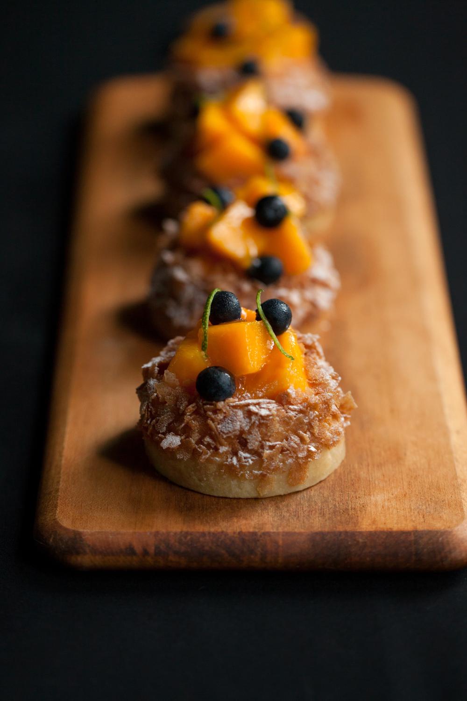 【熱帶芒果塔】  芒果是甜點中的常客,酸甜的滋味與沙布列塔皮搭配出季節感十足的點心風味。