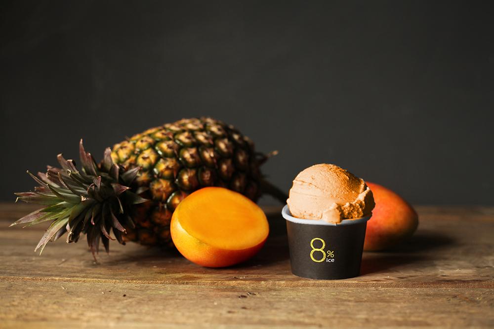 【熱帶水果冰淇淋】 以芒果與鳳梨為主調,結合香醇的牛奶製成淇淋,使明豔的季節滋味中多了一點溫潤,是吃多也不會膩的口味。