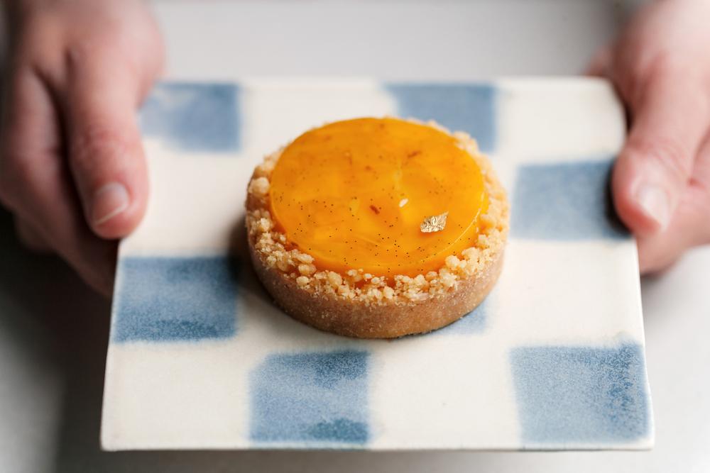 【仲夏芒果塔】 芒果適合鮮啖,但是其他吃法更帶有趣味性。除了一般常見的熬果醬或入菜,冷凝成QQ的果凍搭配酥脆塔皮是另一種活用芒果的吃法。