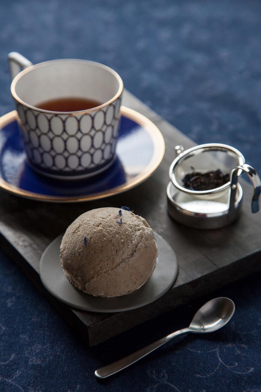 【法式藍伯爵奶茶】 以法國百年「瑪黑兄弟 Mariage Freres」的「法式藍伯爵茶」為主調,在濃郁奶茶風味中,飄散出佛手柑的果香與矢車菊的花香。