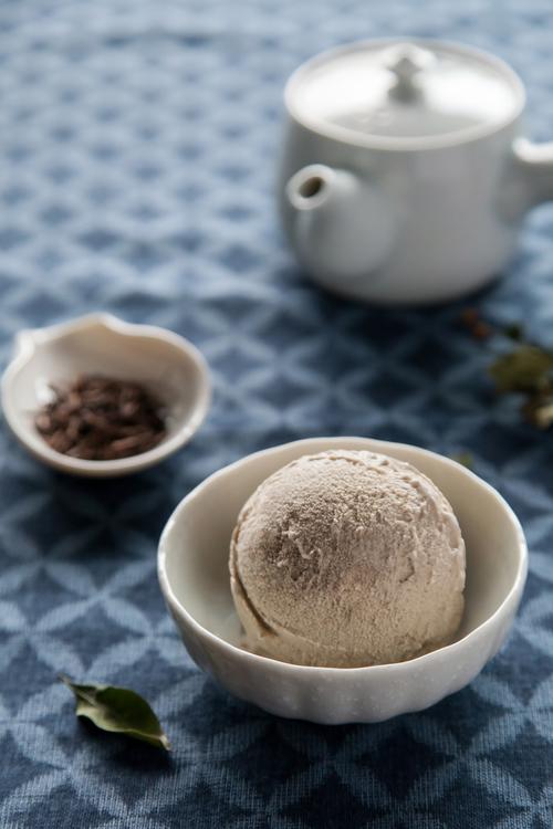 【蜂蜜焙茶】 一保堂的「焙茶」屬於番茶類的一種,呈現出深褐色色澤與厚實香氣,搭配採擷自花朵的天然蜂蜜,帶出焙茶的上等茗茶質感,調和以適量牛奶後,茶香與蜜香更交融成令人驚艷的低調精緻品味。