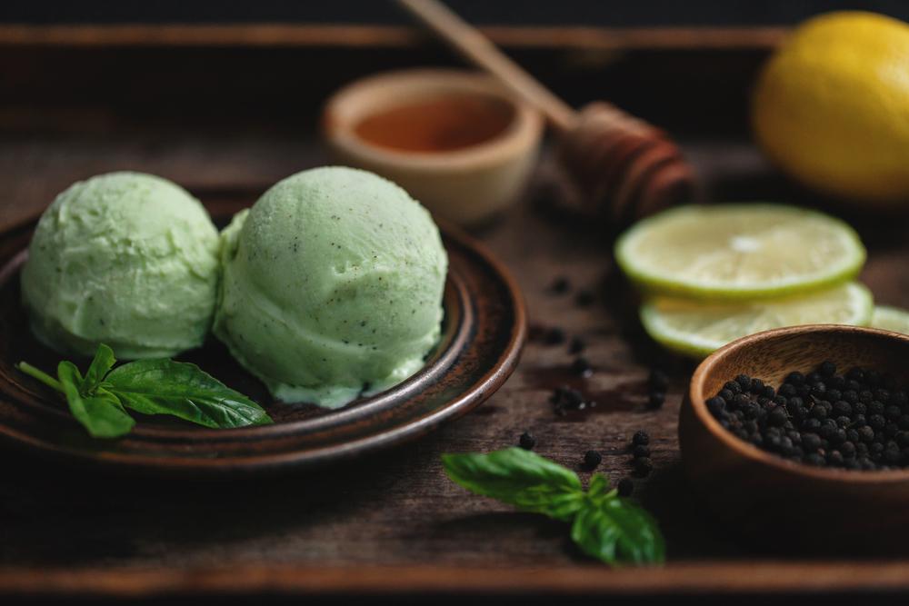 【蜂蜜羅勒馬告冰淇淋】 馬告又名山胡椒,是生長於台灣山林中的辛香植物,從根至葉皆可善用於日常生活之中。以馬告種子搭配蜂蜜製成口味清爽的冰淇淋,嚐出森林般清爽的風味。