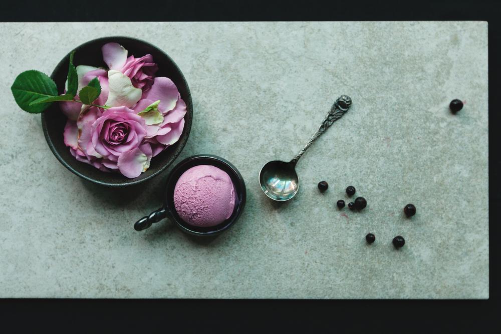 【黑醋栗玫瑰】 以法國香氛品牌diptyque的經典淡香精「影中之水 L'Ombre dans l'eau」為靈感,這支冰淇淋希望表現出香水細膩的前、中、後味。法國黑醋栗果、頂級玫瑰花露詮釋出的酸甜滋味富於層次,深受女性喜愛。