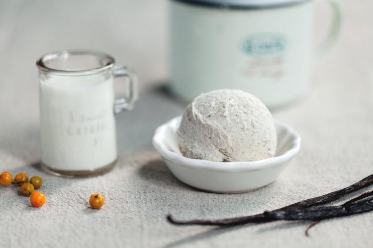 【馬達加斯加香草】 香草口味的冰淇淋是不敗的經典口味,帶有孩子笑容般潔淨的味道,細如塵點的香草籽標誌了優雅而天然的香氣,冰淇淋熱愛者不會錯過的經典。