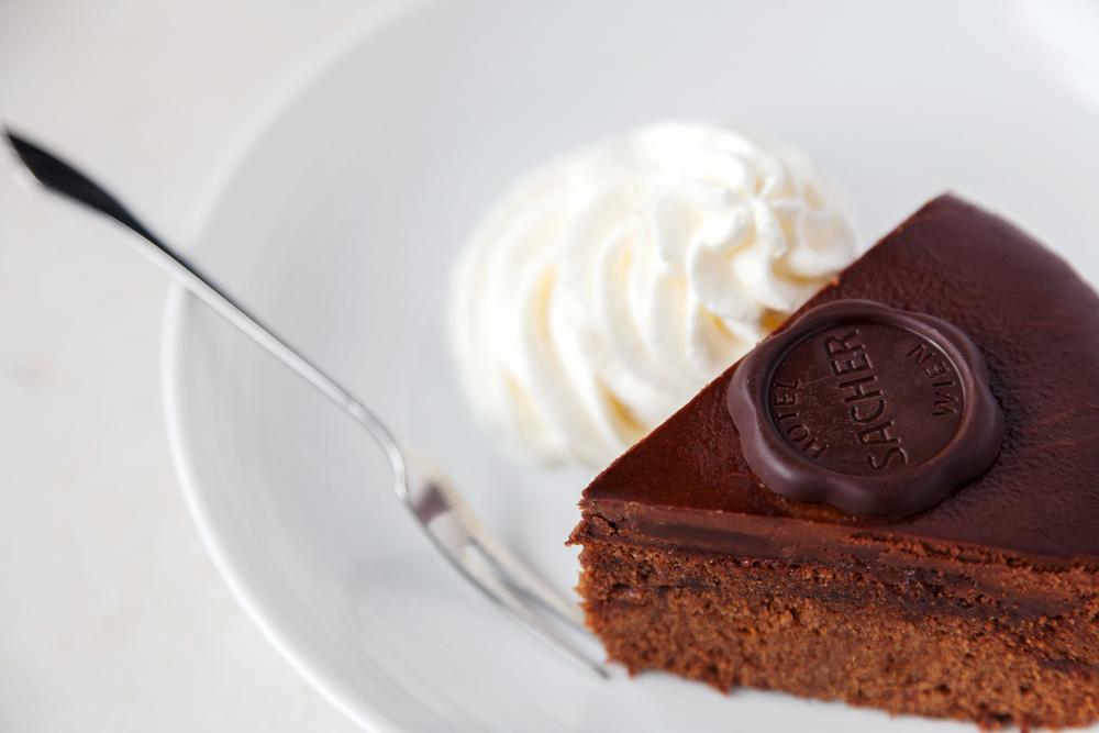薩赫蛋糕原名為Sacher 「torte」,「torte」一詞指的是蛋糕中的一種,不過因為加入杏仁粉所以不但嚐起來更富層次,質地也比一般蛋糕來得紮實。
