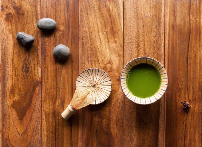在日本正式的茶會中,茶師會以茶筅刷抹正統的「濃茶」,淺淺一碗中茶粉的用量極大,質地幾近如膏,接著才兌入熱水,以茶筅貼著碗底來回快速刷抹入大量空氣讓茶湯表面形成一層茶沫後搭配和菓子飲用。現今一般的抹茶甜品店中則會供應一人一碗的「薄茶」,茶種雖然不比茶會中供應得等級高,但平易近人得多。