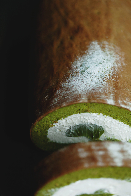 【抹茶白芝麻蛋糕卷】  同樣以京都一保堂抹茶為主調,製作出綿密的蛋糕卷與滑順的抹茶卡士達醬,溫柔包覆著北海道中澤鮮奶油,另外在蛋糕體中,添加烘焙白芝麻,讓芝麻香氣與口感,為濃郁的茶香更添層次感,值得你細細品嚐。