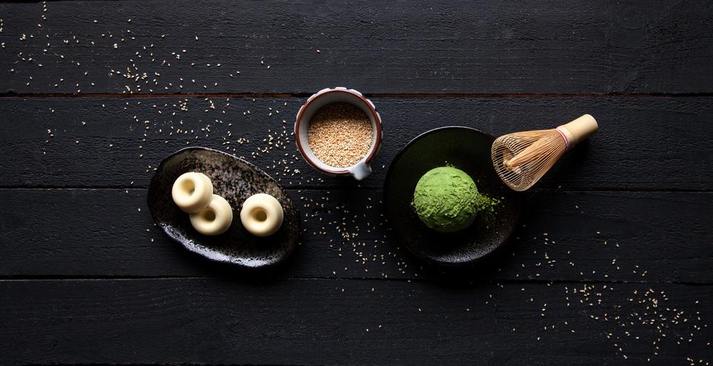 【白芝麻抹茶巧克力】  以「初昔抹茶」搭配法國精緻巧克力品牌「米歇爾‧柯茲」(Michel Cluizel)的香滑白巧克力,點綴堅果風味的白芝麻,呈現抹茶、堅果與穀類的絕妙組合,成就日式歐風的純粹饗宴。