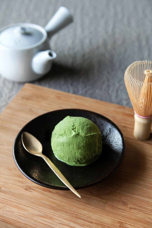 【玄米抹茶】 使用日本京都傳承三百多年「一保堂」茶舖的「初昔抹茶」,另添「玄米茶」研磨細末增添口感,在濃郁風味中享受細緻甘甜的多層次茶香。
