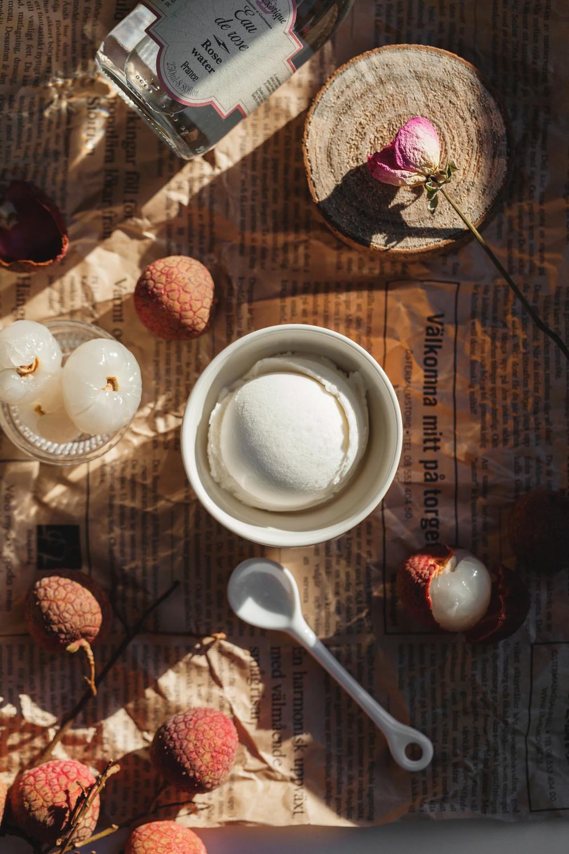 【  夏天的情意|荔枝玫瑰雪酪】    玫瑰花水裡加入荔枝果泥和細糖凝成雪酪,先舀一匙入口,細細感受清淡花蕾氣味,接著徐徐嚐到濃郁荔香,當柔細的質地婆娑於舌尖,嘗起來是夏天的情意。