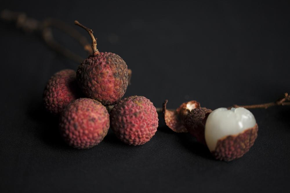 荔枝味鮮甜卻性質燥熱,連殼蒂一起浸入鹽水約五分鐘後再食用,可以防虛火上升。