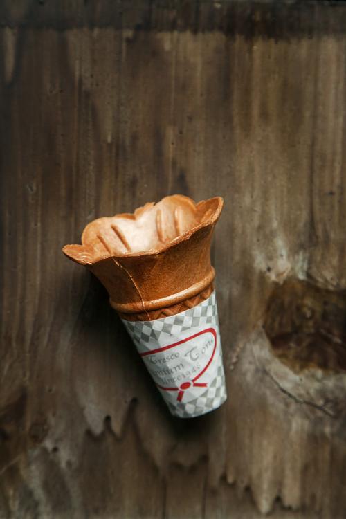 「在1950年代初期,其實65%的甜筒的底部都是做成平的,據說這樣比一般的三角形脆皮甜筒更吸引成人。」《冰淇淋:吃的全球史》