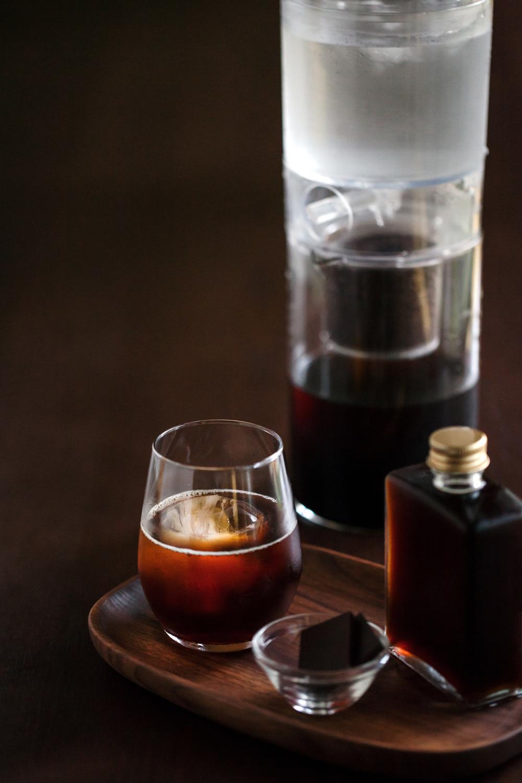 冰滴法因為缺少以高溫萃取芳香因子的過程,所以選用的咖啡粉以中深焙為主,研磨刻度需比手沖細一些。但因萃取時間較長,不能使用研磨過細的咖啡粉(例如義式咖啡的研磨細度),以免水粉接觸面積過大而粹出咖啡本身的苦味。