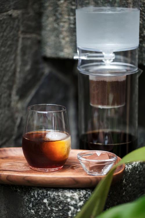 製作一壺冰滴咖啡,咖啡粉與冰的比例可依個人喜好調整,基本上咖啡粉越多、滴濾的速度越緩慢,萃取出的咖啡風味越濃厚唷。
