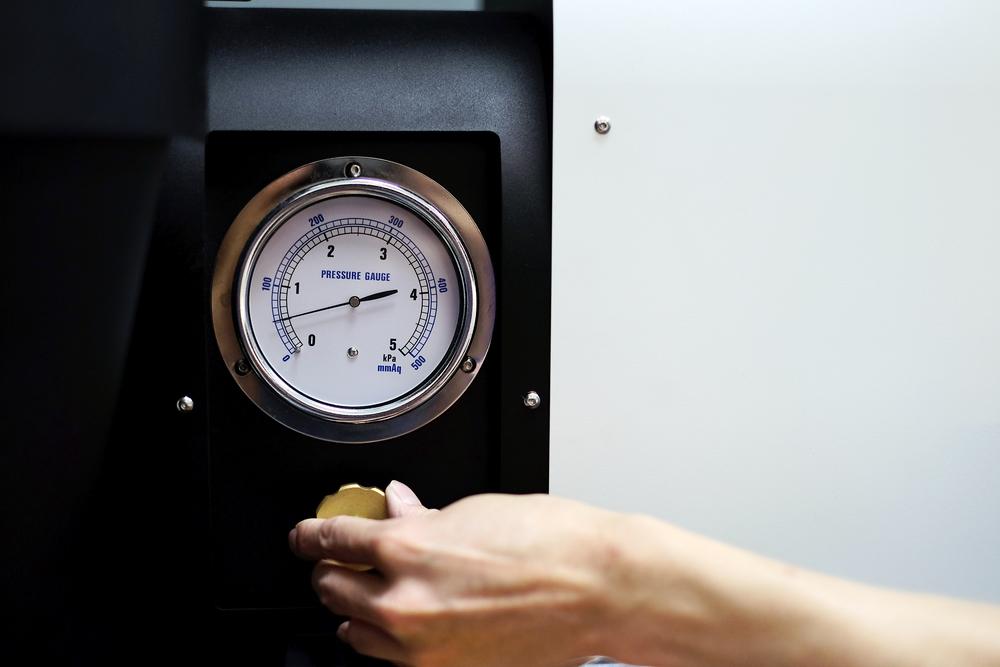 烘焙能帶出咖啡更深層細膩的百種風味,專業的烘焙師會記錄下每次烘焙時的溫度、外在環境的乾溼度與氣溫,如此專注地觀察為的是更好的掌握每一批咖啡的風味。