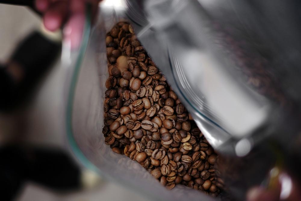 烘焙好的咖啡豆密袋封存放置三到五天後風味會更為圓潤,且需於一個月內飲用完畢。
