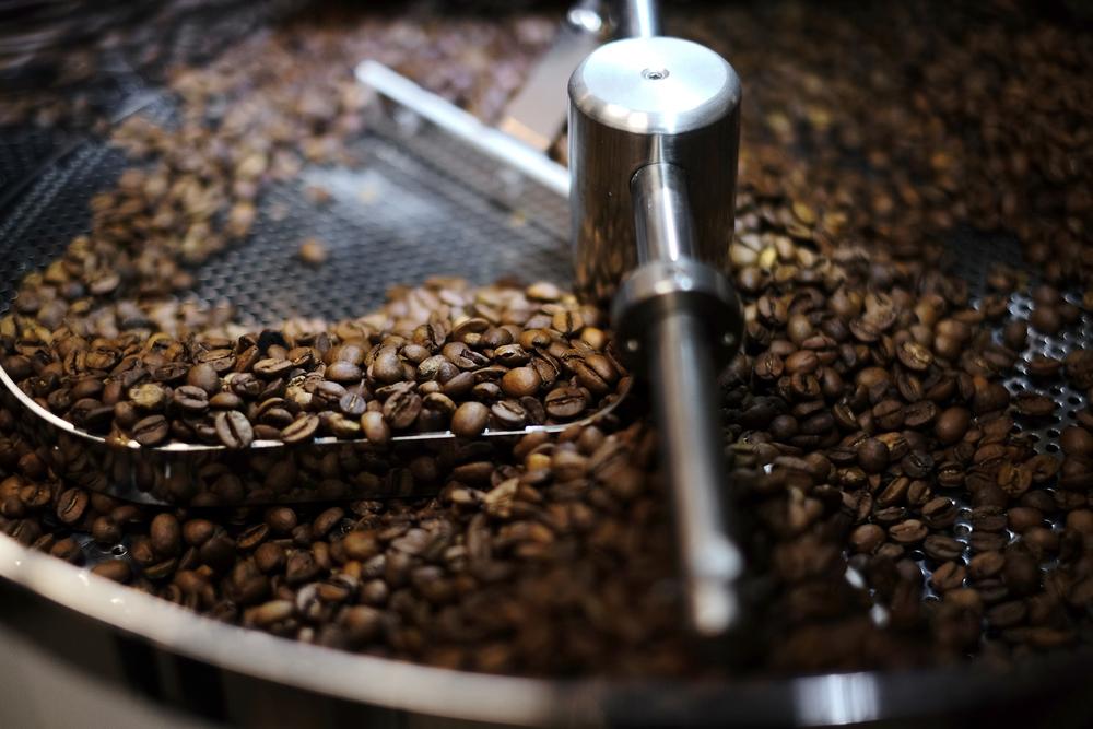不管是天氣、季節還是乾濕度都會影響到烘焙的過程,例如咖啡豆在冬夏兩季的常溫便有差異,故在烘焙過程中也需要相應的調整,成品的風味才會一致。
