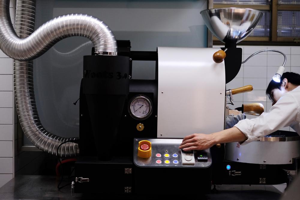 鼓式烘焙機(Drum Roaster)是常見的烘焙機種,咖啡豆在滾筒中一邊旋轉一邊烘焙。烘焙方式基本上可分為半熱風與直火兩種方式,前者主要靠熱空氣對流來使豆子受熱,烘出的風味較為均勻而溫和;後者則會在滾筒上打洞,豆子主要靠直火接觸的滾筒來受熱,成品的風味強烈直接。兩種烘焙方式都有空氣的對流,主要是為了帶走烘焙過程中產的煙,使咖啡的風味乾淨。