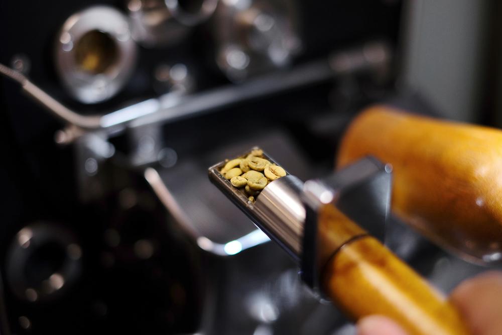 烘焙豆子的途中,豆子顏色與氣味的轉變快速,需要經驗才能精準掌握,從而得出一杯理想中的咖啡。