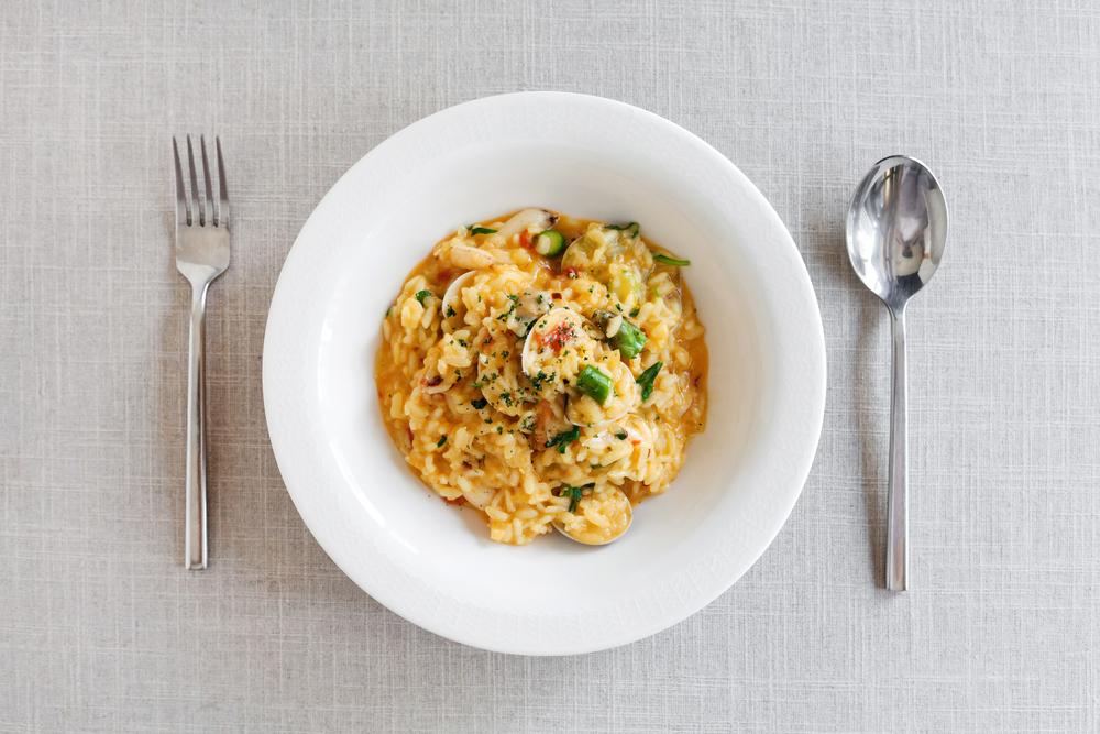 【辣味番紅花蟹肉蛤蠣燉飯】 番紅花屬於貴價香料,是藏紅花的雌蕊柱頭,因為單朵花只有三支柱頭,所以數量稀少。與燉牛膝 (Osso bucco)一起上桌的米蘭燉飯(Risotto alla milanese)就是使用番紅花烹調的燉飯經典。在8%ice,這種珍貴的香料被拿來與細嫩的海鮮一起烹調,化出優雅的味道。